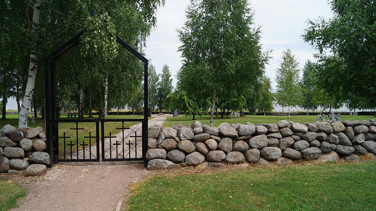 Deutsche Kriegskräberstätte in Korostin, zu erkennen am gemähten Rasen.