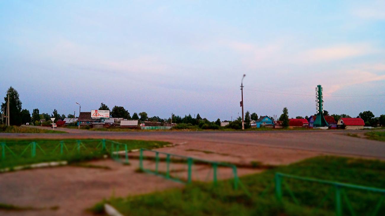 Kreuzung am Rande der Siedlung Parfino