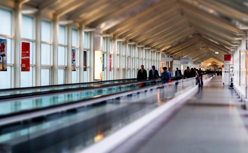 Ohne die Rollbahnen, die man von Flughäfen kennt, bräuchte man ewig für die langen Flure.
