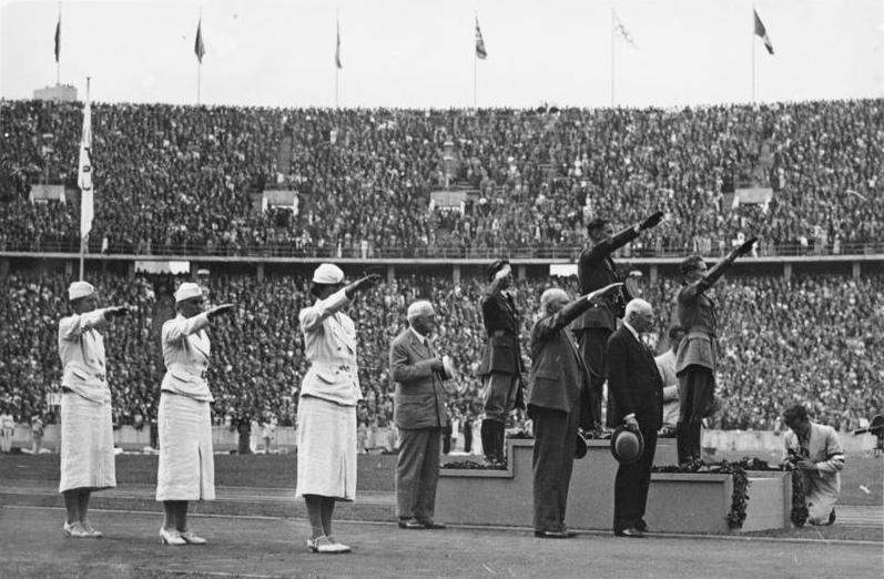 Siegerehrung im Modernen Fünfkampf, Olympia 1936, 1. Gotthard Handrick (Deutsches Reich), 2. Charles Leonhard (USA), 3. Silvano Abbà (Italien); Bundesarchiv, Bild 183-G00825, CC-BY-SA 3.0