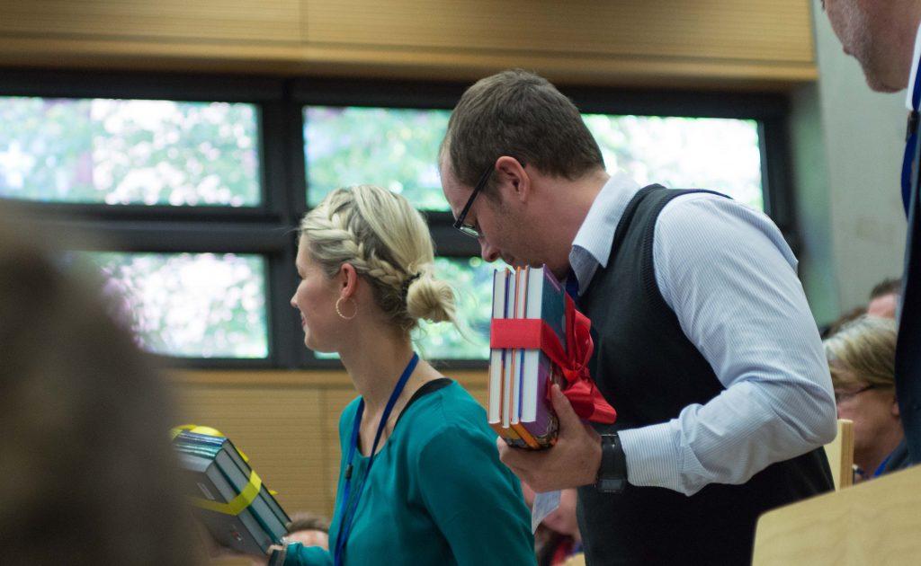 Anja Strehlau und Uwe Kranz nehmen stellvertretend den Preis entgegen. Digitalisierung auf der Flucht? War das Thema der gelobten Studie.