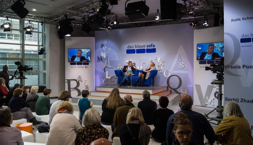 """Najem Wali (""""Bagdad"""", Hanser Literaturverlage) auf dem blauen Sofa, interviewt von Marie Sagenschneider."""