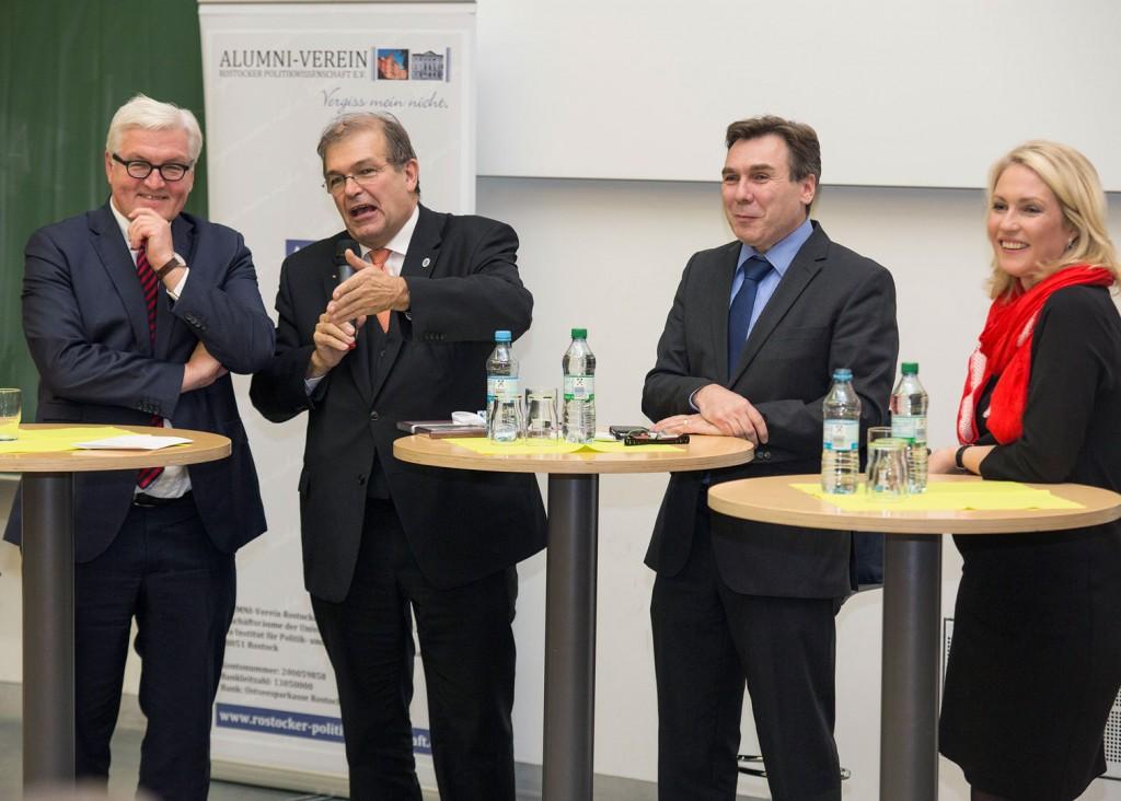 Rektor Prof. Dr. med. Wolfgang Schareck stellt die Prorektor_innen in der ersten Reihe vor. Foto: ITMZ Uni Rostock / Thomas Rahr.